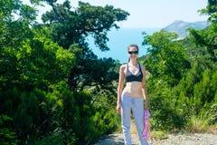 Kobieta 25-30, na wzgórzu jest ubranym okulary przeciwsłonecznych, stanika i spodnia, Obraz Royalty Free