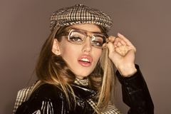 Kobieta na zadumanej twarzy z uzupełniał jest ubranym w kratkę akcesoria i szkła dla wzroku Akcesoria pojęcie Dziewczyna jest ubr Obrazy Stock