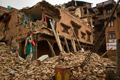 Kobieta na zewnątrz jej trzęsienia ziemi teraz rujnował dom w Bhaktapur, Ne Zdjęcie Royalty Free
