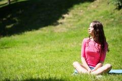 kobieta na zewnątrz się odprężyć Fotografia Stock