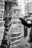 Kobieta nabywa Le Canard enchaine, l ` Alsace, losu angeles croiz, Charlie Zdjęcie Stock