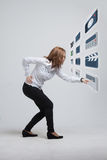 Kobieta naciska zaawansowany technicznie typ nowożytne multimedie Zdjęcie Royalty Free