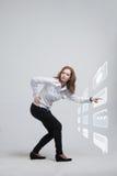 Kobieta naciska zaawansowany technicznie typ nowożytne multimedie Zdjęcia Royalty Free