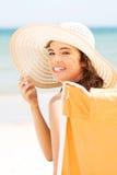 Kobieta nad nadmorski słonecznym dniem. Zdjęcie Stock
