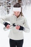 Kobieta nalewa herbaty od termosu i pije po jogging Zdjęcie Stock