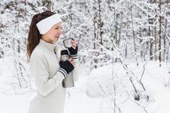 Kobieta nalewa herbaty od termosu i pije po jogging Obrazy Royalty Free