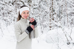Kobieta nalewa herbaty od termosu i pije po jogging Fotografia Stock