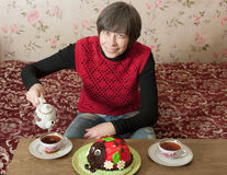 Kobieta nalewa herbaty w filiżance Obraz Stock