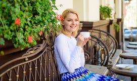 Kobieta napój kawiarni taras outdoors Łyczek gorący aromatyczny napój Kubek dobra kawa w ranku daje ja energii fotografia royalty free
