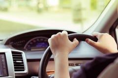Kobieta napędowy samochód, ręka chwyta sterowanie Zdjęcia Royalty Free