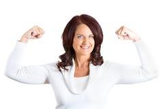 Kobieta napina mięśni pokazywać, wystawia jej siłę Obraz Stock
