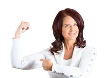 Kobieta napina mięśni pokazywać, wystawia jej siłę Obrazy Stock