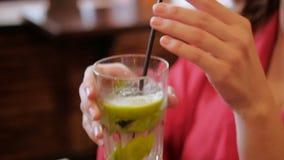 Kobieta napoju cytryny świeżego koktajlu beztroski czas wolny zbiory