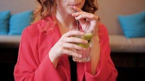 Kobieta napoju cytryny świeżego koktajlu beztroski czas wolny zdjęcie wideo