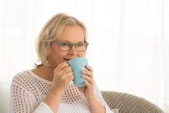 Kobieta napoju kawa Obraz Stock