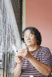 Kobieta naprawia sieć rybacką Obrazy Stock