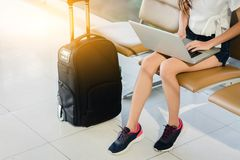 Kobieta nastolatek używa laptop fotografia stock