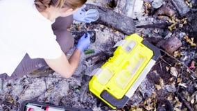 Kobieta naukowów ekolodzy pracuje na miejscu dokąd las palił puszek zbiory