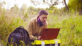 Kobieta naukowa ekolog pracuje na laptopie w lesie zbiory wideo