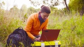 Kobieta naukowa ekolog pracuje na laptopie w lesie zdjęcie wideo
