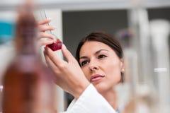 Kobieta naukowiec niesie out eksperyment w laboratorium badawczym obraz royalty free