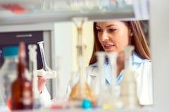Kobieta naukowiec niesie out eksperyment w laboratorium badawczym obrazy stock