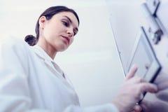 Kobieta naukowiec Pisać na maszynie na pulpicie operatora w łatwości fotografia royalty free
