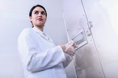 Kobieta naukowiec Pisać na maszynie na pulpicie operatora w łatwości zdjęcie stock