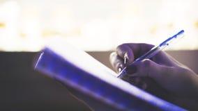 Kobieta naukowiec pisze puszków rezultatach eksperyment w lab wynika Obrazy Royalty Free