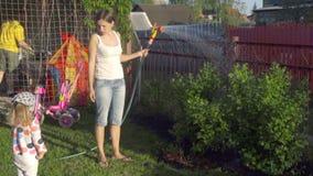 Kobieta nawadnia gazon zdjęcie wideo