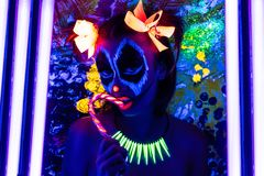 Kobieta neonowy Halloween uzupełniał zdjęcie stock