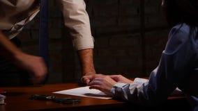 Kobieta niechętnie pisze wyznaniu przestępstwo na prześcieradle papier zbiory wideo