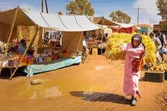 Kobieta niesie belę słoma sprzedażny Skoura Maroko obrazy stock