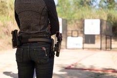 Kobieta niesie pistolet w jego pasku obraz stock