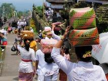 Kobieta niesie prezenty dla Hinduskich bóg na głowie w tkanym baske Obrazy Royalty Free