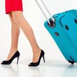 Kobieta niesie twój bagaż przy lotniskowym terminal obraz stock