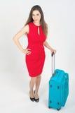 Kobieta niesie twój bagaż przy lotniskowym terminal fotografia royalty free