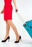 Kobieta niesie twój bagaż przy lotniskowym terminal obrazy royalty free
