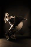 Kobieta nowożytny tancerz w sala balowej obrazy royalty free