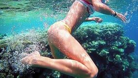 Kobieta nur podwodny w snorkeling pikowania masce zbiory wideo