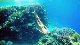 Kobieta nur podwodny w snorkeling pikowania masce zdjęcie wideo