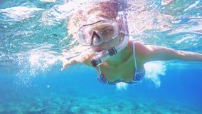 Kobieta nur podwodny w snorkeling pikowania snorkel w jasnej błękitnej wodzie morskiej i masce zdjęcie wideo