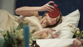 Kobieta obraca daleko alarm i chuje pod jego poduszką zdjęcie wideo