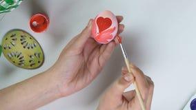 Kobieta obrazu czerwieni wzory na jajku z muśnięciem, handmade dekoracja, twórczość zdjęcie wideo