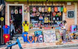 Kobieta obserwuje rzeczy które są dla sprzedaży w garaż sprzedaży zdjęcia stock