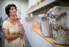 Kobieta ocenia wystawę w dziejowym muzeum Obraz Stock