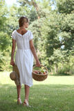 Kobieta z owocowym koszem Fotografia Stock