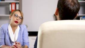 Kobieta od działu zasobów ludzkich działu przeprowadza wywiad potencjalnego pracownika zbiory