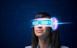 Kobieta od przyszłości z zaawansowany technicznie smartphone szkłami zdjęcia royalty free