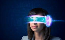 Kobieta od przyszłości z zaawansowany technicznie smartphone szkłami zdjęcie royalty free